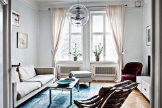 De combinatie van een klassiek en modern interieur met kleurrijke items - Roomed