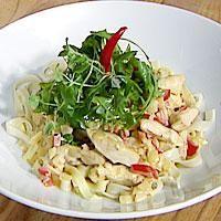 Kok pasta etter anvisning på pakken. Stek finhakket løk og finhakket hvitløk i olje til løken er blank. Tilsett strimlet kyllingkjøtt, paprika i strimler...