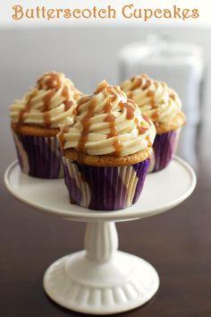 Vegan Buttertoffee Cupcakes - über die Spitze!  Drei Rezepte in einem: eggless brauner Zucker kleine Kuchen, Vanille Milchfreie Butter und eine schnelle Butterbonbon Sauce.