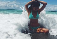 Look beach poses, beach picture poses, picture ideas, beachy pictures