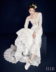 페미닌한 레이스 드레스는 Zuhair Murad by My Daughter's Wedding. 헤어 장식으로 연출한 꽃은 Botalabo. 링이 서로 연결돼 있는 디자인의 다이아몬드 이어링과 네크리스, 뱅글, 링은 모두 Piaget. 골드 디테일 하이톱은 Aldo.