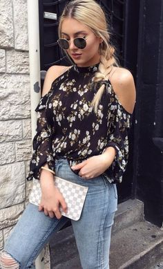 fashion trends_floral blouse + bag + ripped jeans