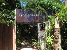 Le Manuia , restaurant de fruits de mer situé sur la plage de l'anse vata , langoustes , crabes à déguster , accueil chaleureux et jardin tropical