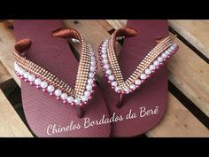 YouTube Bead Weaving, Diy And Crafts, Jewelery, Flip Flops, Pearl Necklace, Creations, Pearls, Youtube, Sandals