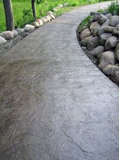 Backyard garden design Unique Stained Grey Smooth Concrete Walkway Body Jewelry and Today's Stars Ar Stamped Concrete Walkway, Concrete Pathway, Stamped Concrete Patterns, Concrete Patio Designs, Concrete Driveways, Concrete Backyard, Walkways, Stained Concrete Patios, Painting Concrete Patios