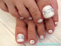 Foot nail stylish white and silver