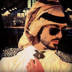 Картинка с тегом «omar borkan al gala, arab, and handsome Photo Pose For Man, Man Photo, Muslim Men, Muslim Girls, Arab Men Fashion, S Love Images, Handsome Arab Men, Arabian Costume, Cute Family Photos