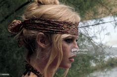 Summer In Saint-Tropez. La dernière mode tropézienne : un foulard de soie indienne noué en bandeau. Le bandeau que porte Brigitte BARDOT est le signe de ralliement des vieux tropéziens submergés par les estivants : il veut dire : 'jamais nous n'abandonnerons Saint-Tropez'.