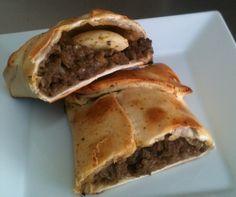 Empanada de pino: carne picada, lo justo de cebolla muy bien procesada, aceituna sin carozo, huevo y mucho sabor.