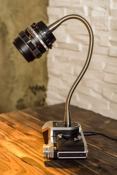Pentacon F rebuilt to the desk lamp.- Pentacon F umgebaut zur Schreibtischlampe. Pentacon F rebuilt to the desk lamp. Diy Luz, Ideias Diy, Modern Floor Lamps, Bedroom Lamps, Diy Desk, Room Lights, Light Decorations, Desk Lamp, Table Lamps
