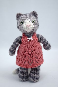 Love this cute knitted cat! i wonder if there is a pattern Knitting For Kids, Knitting Projects, Baby Knitting, Crochet Projects, Knitting Patterns, Crochet Patterns, Knitting Toys, Knitted Cat, Knitted Animals