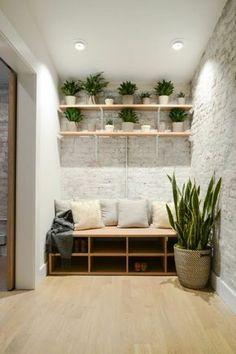 quelle couleur pour un couloir, murs en briques blanches, parquet beige en bois PVC, plafond blanc, étagères en bois clair, grande corbeille en style ethno tressée avec grande plante verte exotique