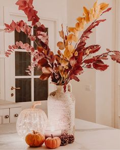 Autumn colors in the kitchen with red and golden leaves, pupkins lights and candles. Golden Leaves, Terrazzo, Your Favorite, Fall Decor, Home Accessories, Vase, Candles, Autumn, Lights