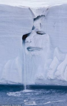 Que voyez-vous ?  Tears of Mother Nature: Image of a crying face looming from an icy cliff wall - at the Svalbard archipelago in Norway.