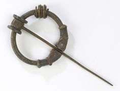 A History of Ireland in 100 Objects – 26. Balinderry brooch, c.AD600  Fashion transitioning to this from fibular brooches.