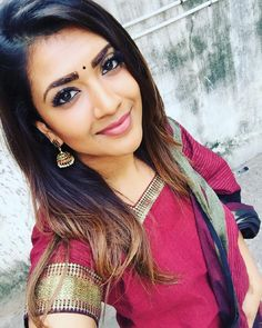 Vithya Hair And Makeup, Hair And Makeup Artist, Indian Dresses, Indian Outfits, Indian Clothes, Indian Makeup Looks, Indian Girls, Indian Ethnic, Casual Saree