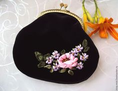 Купить или заказать Бархатная сумочка 'Виолет' в интернет-магазине на Ярмарке Мастеров. Сумочка в форме большого кошелька или косметички может послужить элегантным вечерним аксессуаром. Сумочка очень приятная на ощупь, выполнена из шелковистого коротковорсового бархата насыщенно-черного цвета. Вышивка атласными ленточками, лентами из органзы, цветы уплотнены, устойчивы к сминанию. Сумочка хорошо держит форму за счет уплотнения деталей дублерином. Подкладка - подкладочн…