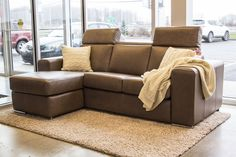 Dario sectionel en cuir, chez Meubles Bouvreuil Inclinable, appui-tête ajustable. Fait au Québec. Brown Leather Sectional. Recliner seat, adjustable headrest. Made in Canada.