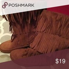 3 tiered Moccasin Fringed Boots size 6.5 Kohls these boots  have been  gently worn maybe twice. purchased from Kohls SO. in Rust color ...they look brand new.  no flaws that I can identify.    any questions, please ask. Shoes