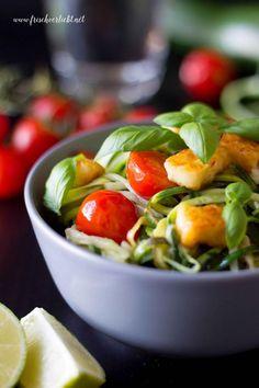 Frisch Verliebt: Zucchini Spaghetti mit Tomaten und Halloumi / Zoodles