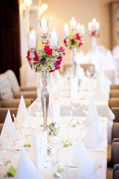 Tischdekoration mit Kerzen und Blumen #hochzeit #hochzeitsdeko #wedding