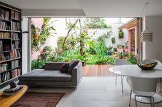 【屋外を楽しむ暮らし】程よい広さの緑あふれる庭と内外をつなぐウッドデッキのテラス