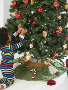 My favorite easy crocheted Christmas tree skirt. Free pattern at ...