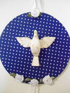 Mandala média Divino , trabalhada com tecido de algodão , florezinhas , fita e renda  Divino em resina  diâmetro : 12 cm R$ 25,00