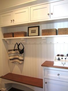 love the details in this entryway storage Perfect mix of seating, purse storage, phone charging. Love it. lbh