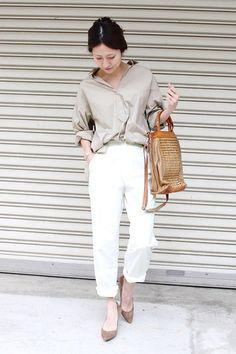 肌に馴染むベージュカラーのシャツに爽やかなホワイトパンツを合わせて。やぼったくならないよう、ロールアップでこなれ感を演出するのがポイントです。