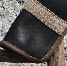 Håndveske i resirkulert dekk / Small purse from used tyres Fair Trade, Wallet, Purses, Pocket Wallet, Handbags, Fair Trade Fashion, Bags, Diy Wallet, Purse