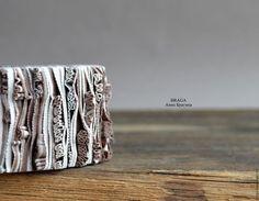 Купить или заказать Браслет с рюшами из полимерной глины. В бежевых тонах. в интернет-магазине на Ярмарке Мастеров. Браслет из полимерной глины с рюшами в бежевых тонах. На основе из натуральной кожи с магнитной…
