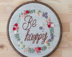 This embroidery work comes framed by wooden embroidery hoop in 20 cm diameter. Colour theme can be customised. Rings will be held in a lace bow. Made to order. We can always customise: - Colours - Quote - Name - Fonts Ask me for any further information.