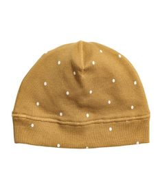 Mustard yellow/dotted. BABY EXCLUSIVE/CONSCIOUS. Hat in soft, ribbed jersey made from organic cotton with a printed pattern.