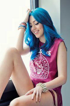 Camiseta con flecos Sonia Gomez, Sweet California, Famous Women, Jared Leto, Demi Lovato, Poses, Katy Perry, Blue Hair, Celebrities