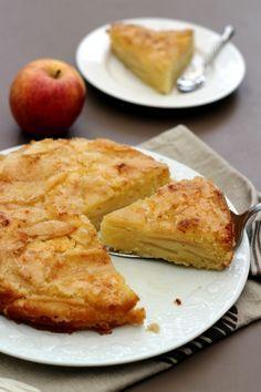 Un gâteau aux pommes et yaourt, très facile à réaliser, avec une petite particularité qui lui donne toute sa gourmandise: une croûte craquante! Étant du Nord, cela me rappelle un peu la tarte au sucre, une tarte au sucre moelleuse aux pommes, d'ailleurs...
