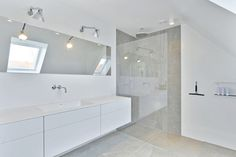 Get inspiration for your new kitchen. See how a stylish, white craftsman kitchen highlights its surroundings and creates space. Bad Inspiration, Bathroom Inspiration, Bathroom Taps, Craftsman Kitchen, Stylish Kitchen, Bedroom Layouts, Beautiful Bathrooms, Bathroom Interior Design, Corner Bathtub