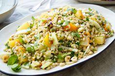 Der Gelbe Bete Salat mit Gerste ist ein Ergebnis meiner aktuellen Lust auf Bete oder Rübe. Ich kann Rüben in Salaten, Suppen, als Beilage oder in Smoothies immer zu mir nehmen. Die Gelbe Bete hat d…