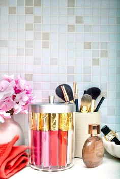 Every girl has a lot of Make-up and beauty pieces at home, all the nail polishes and Lipglosses here and there. I have prepared some cool ideas to help you to Make Up Storage, Storage Hacks, Storage Ideas, Creative Storage, Jar Storage, Storage Baskets, Storage Solutions, Pinterest Design, Vanity Organization