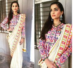 Sonam kapoor in saree. Sonam kapoor saree styles to learn Blouse Back Neck Designs, Silk Saree Blouse Designs, Blouse Patterns, Sonam Kapoor Saree, Outfit Essentials, Indian Wedding Guest Dress, Indian Bridal, Sari Bluse, Khadi Saree