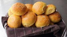 Τέλεια συνταγή για ψωμάκια μπριός! | ediva.gr Potato Rolls Recipe, Sweet Potato Rolls, Sweet Potato Burgers, Crumpets, Sin Gluten, Gluten Free, Food Network Recipes, Cooking Recipes, Fun Recipes