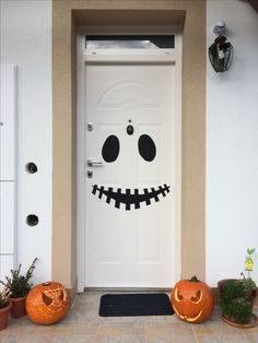 Happy Halloween! We are waiting for the 'trick or treat' kids with this front door decorations  #halloween #halloweendoor