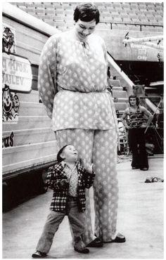"7' 7.5"" giantess Sandy Allen with diminutive  Hihaly Mezaros. Ringling Brothers Barnum & Bailey Circus, Indianapolis, 17 september 1975."