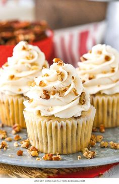 cheesecake cupcakes Moist vanilla cupcakes studded with plenty of toasted butter pecans and topped with cinnamon buttercream frosting. Gourmet Cupcakes, Cheesecake Cupcakes, Pecan Pie Cupcakes, Maple Cupcakes, Lemon Cupcakes, Strawberry Cupcakes, Pecan Desserts, Delicious Desserts, Pecan Recipes