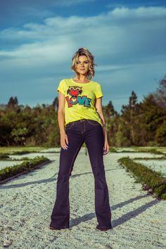 looksly - Denize Sperafico com t-shirt divertida e calça flare jeans do Verão 2016
