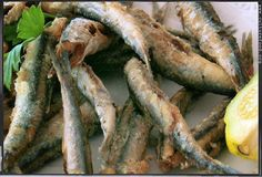 Frittierte Sardellen sind günstig, einfach zuzubereiten, knusprig leicht und ein köstlich-mediterraner Sommergruß. Für dieses Rezept verwende ich nur Frischware vom gut sortierten Fischhändler,