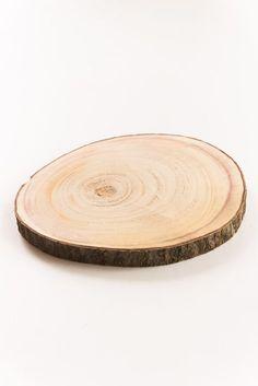 Holz als natürliches Dekoelement gehört zu einer Hochzeit im natürlichen Stil einfach dazu. Diese Baumscheibe aus Echtholz ist ein wahrer Deko Allrounder: Auf den Tischen dient sie als Tablett für Blumen und Kerzen, auf der Candybar kann sie gar als Etagere eingesetzt werden und am Geschenketisch trägt sie stolz die Initialen des Brautpaares. Die Holzscheibe …