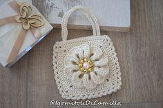 borsetta portaconfetti a uncinetto con fiore Camilla, Wedding Favors, Knit Crochet, Crochet Bags, Straw Bag, Baby Shoes, Miniatures, Knitting, Hobby