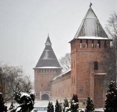 Smolensk - Smolensk o Smolensko es una ciudad en la Rusia occidental, a orillas del río Dniéper, y es la capital administrativa del óblast de Smolensk. Su población en 2003 era de 351 100 habitantes