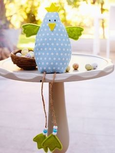 Make a fun decoration for Easter: Free Stuffed Chick Pattern (Jouet Pour Oiseau) Hoppy Easter, Easter Bunny, Easter Chick, Easter Projects, Easter Crafts, Spring Crafts, Holiday Crafts, Felt Crafts, Fabric Crafts